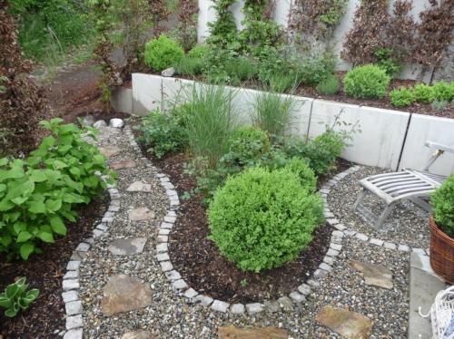 Kleiner verspielter Garten